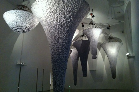 In the big hall Cheng made an installation of wrinkled fabric cones, slowly moving up and down from the ceiling