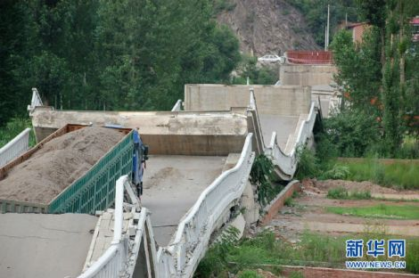 A bridge collapse in Beijing province, juli 2011. The truck trying to cross it weighed 160 tonnes, the bridge was once built to withstand 55 tonnes maximum.